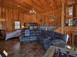 Lake Hamilton Retreat with Grill, 7 Mi to Dtwn!, vacation rental in Hot Springs
