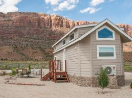 FunStays Glamping Tiny House w Large Loft Site 8, villa in Moab