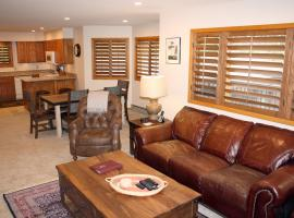 Woods Manor #302-A - Close to Main Street - Access to Indoor Hot Tub and Shuttle, villa in Breckenridge