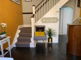 Castle Lodge guest house, vacation rental in Newport