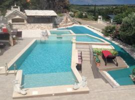 Villa Tamara,3 beheizte Pools,Meerblick, hotel in Škrip