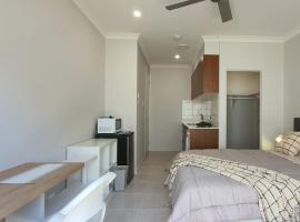 Brand New Self-contained Studio, hotel in Gold Coast