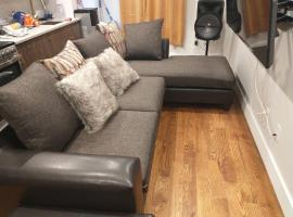 Room in Apartment - Host Your Small Event Here Like Its Your Place, guest house in Brooklyn