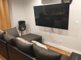 Room in Apartment - Host Your Small Party, Family Reunion And Meetings, guest house in Brooklyn