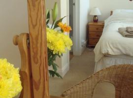Harlequin Guest House with parking, hotel in Weymouth