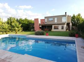 Casa con pileta entre bodegas y viñedos - Habitación con baño en suite, homestay in Ciudad Lujan de Cuyo