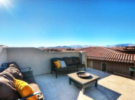 Paradise Village 16 Sleeps 32, Private Theater and 20 Person Hot Tub, Resort Style Pool and Water Park, vacation home in Santa Clara