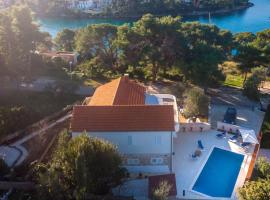 Wonderful villa W pool and big sunny terrace next to the sea, hotel in Splitska