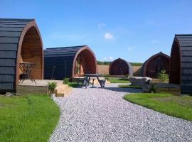 The Little Hide - Grown Up Glamping, villa in Wigginton