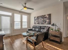 Curated Comfort with Riverwalk Access and Resort Style Pool, apartment in San Antonio