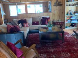Moosehead Lodge lakefront walking distance to downtown, villa in Big Bear Lake