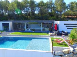 VILLA LUMIERE, holiday home in Nîmes