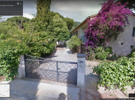 Appartement climatisé au 1er étage d'une maison avec jardin dans un quartier calme, hotel near La Mole Airport - LTT,