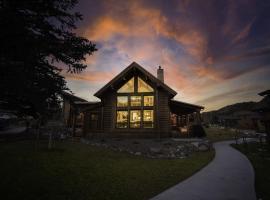 Lake Estes Getaway - Indoor/Outdoor Fireplace, Private Jacuzzi, Views!, vacation rental in Estes Park