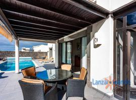 Villa Maura detached with private climatized pool in Playa Blanca, cottage in Playa Blanca