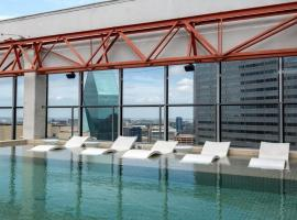 CozySuites Spacious 1BR with SKY POOL, apartment in Dallas