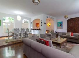 Casa com 2 andares, lareira, piscina para grupos, hotel with jacuzzis in Sao Paulo