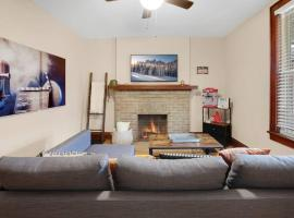 Modern Farmhouse Townhome with Popcorn Machine!!, vacation rental in Columbus
