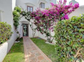 Modern house only a 3 minute walk to the beach., hotel in Estepona