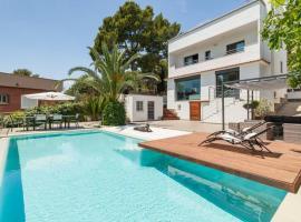 Moderna casa con piscina y amplio jardín., hotel with jacuzzis in Castelldefels