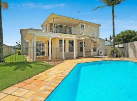 Spacious, Peaceful Summer House - Pool & Waterfront, hotel in Gold Coast