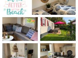 Chalet met 2 slaapkamers en 2 badkamers!, budget hotel in Renesse