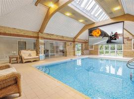 Large luxurious character house with indoor pool, hotel in Aldenham
