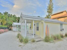 Charming Beach Cottage Steps to Siesta Beach and Village Shops and Restaurants, villa in Sarasota