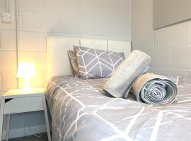Secure Team Accommodation *Free Wifi * Parking*, apartment in Luton