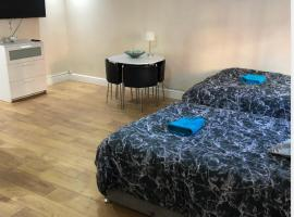 LUXE ROOM Rusholme WITH PRIVATE BATHROOM, hotel near Victoria Baths, Manchester