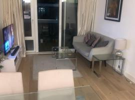 STUNNING 2 BED APARTMENT IN WOOLWICH WATERSIDE, hotel in London