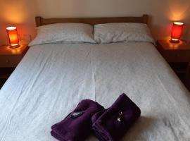 Bright Chorlton home with 43 inch TV, apartment in Manchester