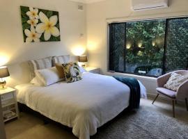 Hotel Style Monterey Retreat near Hospitals, Beach and Airport, íbúð í Sydney