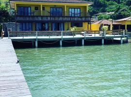 CASA AMARELA A BEIRA-MAR., pet-friendly hotel in Angra dos Reis