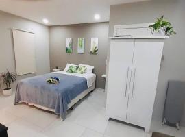 NEW private FLORA FAUNA Apt #84, hotel em Palm-Eagle Beach