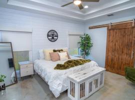 The Modern Farmhouse (3 Bedroom)- Downtown SATX, villa in San Antonio