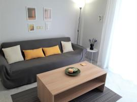 Central, Bright and Comfortable Apartment with balcony, hotel in Athens