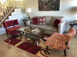 Townhouse minutes from the beach!, vacation rental in Huntington Beach