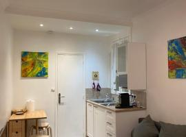 Cosy, charming apartment with courtyard, hotel in Paris