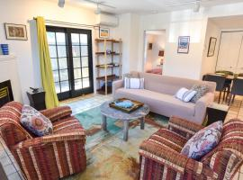 111 Newly Updated Bradford St Condo with Private Patio AC Gas Fireplace Steps to Center of Town, holiday home in Provincetown