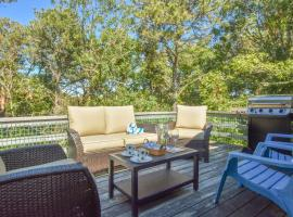 630 Clean Home Deck with Nice Furniture Private Yard Foosball Table Central AC Walk to Nantucket Sound, holiday home in Chatham