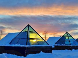 Aurora Pyramids & Hotel Taivaanvalkeat, hotel in Köngäs
