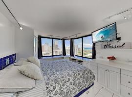 Hawaiian Monarch - Ocean-View Corner Unit with Pool Hotel Room, hotel in Honolulu