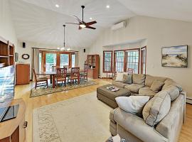Lovely Retreat with Private Pond Access & Large Deck home, holiday home in Brewster