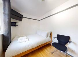 Amazing 4Bed 2Bathrooms House with Parking&Terrace, hotel in London