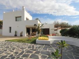 VILLA IBIZA STYLE, vacation home in Torre de Benagalbón