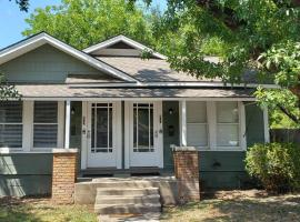 Simple Hollywood Stays Unit 801, vacation home in San Antonio