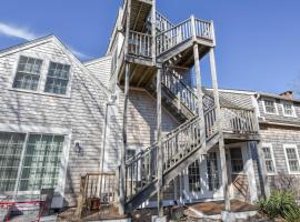 133A Three Newly Renovated Condos with Beach Access Private Patio and Roof Deck with Water Views, holiday home in Provincetown