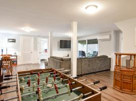 644 Waterfront on Private Lake Swim Fish or Kayak Foosball Table and spacious backyard, holiday home in Chatham