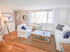 803 Newly Furnished Huge Deck Outdoor Shower Private Yard Minutes to Bayside Beaches Dog Friendly, holiday home in Brewster